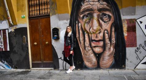 monadiki-streetart-sinantisa-mpolonia.jpg